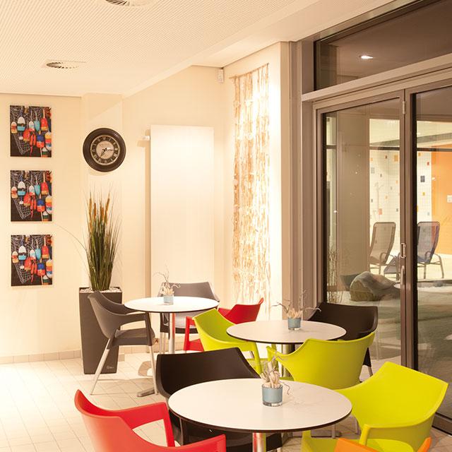 Gastronomiebereich mit Sitzmöglichkeiten