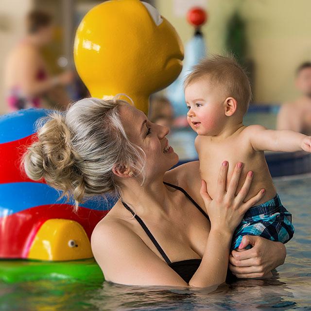 Mutter mit Baby im Wasser