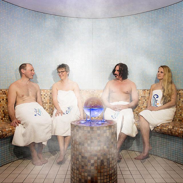Vier Personen im Dampfbad