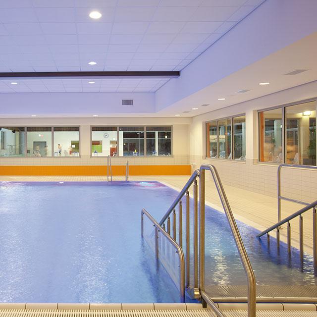 Lehrschwimmbecken im Innenbereich mit sanftem Einstieg