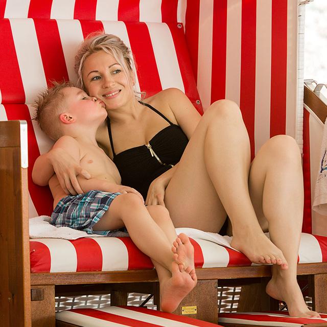 Mutter mit Kind im Strandkorb