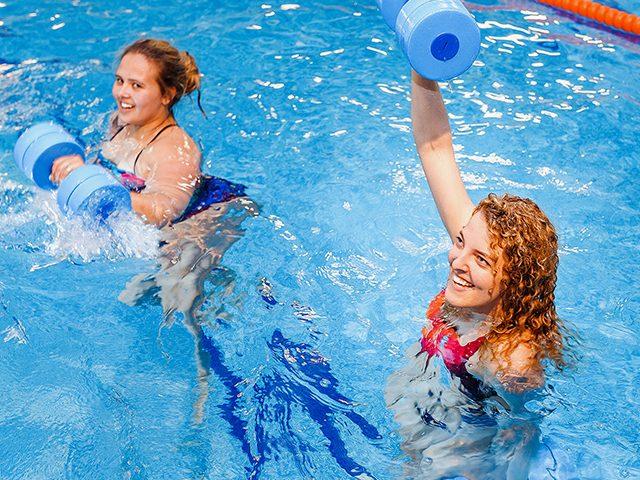 zwei Damen im Wasser beim AQUAFitness