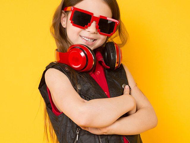Mädchen mit Kopfhörern und Sonnenbrille