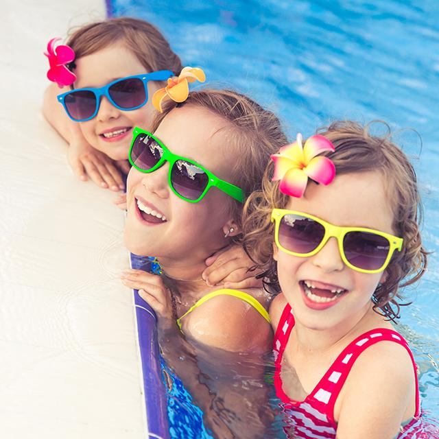 drei Mädchen mit Sonnenbrille im Wasser