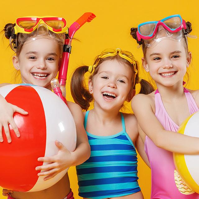 drei Mädchen mit Schnorchelausrüstung und Wasserbällen